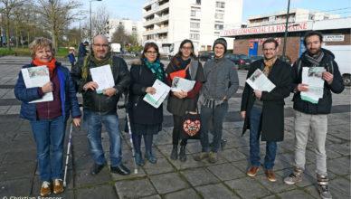 Christian, Christophe, Lidia, Marie, Martine, Matthieu et Mehdi aux abords du marché de Saint-Cyr-l'École